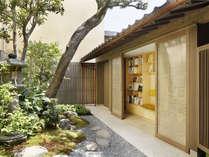 【庭のライブラリー】樹齢100年の古木をのぞむ庭のライブラリー。