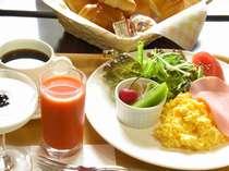 朝食はルームサービス。パジャマのままでどうぞ♪