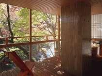 【露天風呂き客室】『緑のお風呂』客室からの渓谷の風景