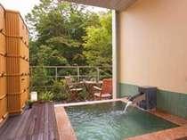 【露天風呂き客室】『風のお風呂』渓流音と木々の緑がココロを癒す