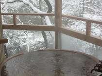 【露天風呂き客室】『緑のお風呂』雪景色の中の露天風呂