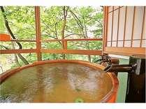 人気の客室専用の露天風呂一例「緑の間」広々ウッドテラスもあって癒し空間