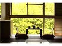和モダン客室☆窓際で渓谷を眺めながら、ほっこりしませんか。
