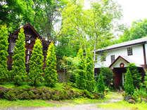 真夏のペンションとログハウスの風景