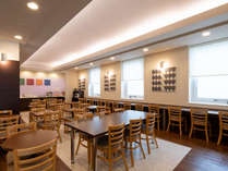 朝食コーナーは明るく開放的な雰囲気。