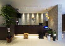 【フロント】ビジネスホテルを超えたスタイリッシュなデザイン