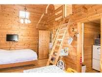 部屋、Wベットは2名で使用はしごで上がるとロフトは4名まで布団で宿泊できます。