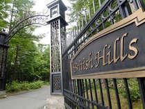 門をくぐればそこは中世英国の街並みが広がります。