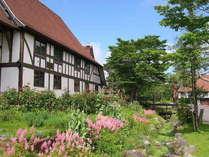 春の宿泊棟:8棟あるゲストハウスはすべて建築様式が異なります