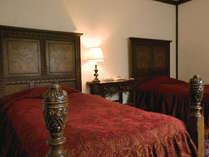 スタンダードルームのベッド。各宿泊棟ごとに様式が異なります。