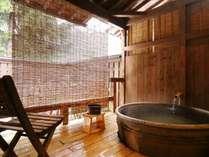 貸切露天風呂「あざみ」信楽焼きで作られた湯船が露天気分を高めます