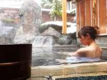 内湯に併設された露天風呂は庭園に囲まれた風流な雰囲気になっています