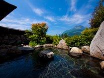 由布岳を一望できる開放的な露天風呂。