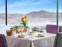 最上階の朝食レストラン。絶景と共に贅沢な朝のひとときを。