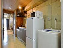 【客室】シュガーダブルルーム キッチン。2ドア冷蔵庫・電子レンジ・電気ポット・調理器具・食器完備。