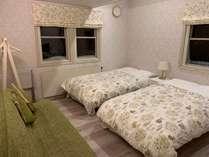 ベットが2台とはしご階段の上にロフトのお部屋がございます。ロフトには1~2名様のベッドがございます。