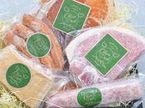 オリーブ豚を使ったオリジナルのソーセージやハムをお土産に♪