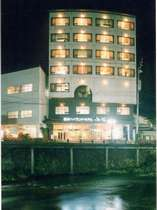おとずれ川沿いに佇む7階建ての和風旅館