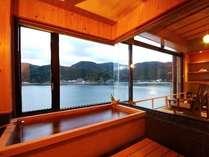 【客室檜風呂】円山川を一望できる絶好のロケーション
