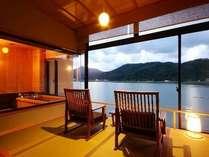 【客室・広縁4畳】時とともに変わる景色を眺め、何もしないという贅沢なひと時を過ごす。