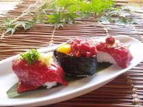当館自慢の「馬刺し寿司」。うずらの卵を添えた馬肉ユッケの軍艦巻きも絶品です。