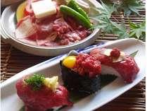 「牛肉の陶板焼き」と、自慢の「馬刺し寿司」。他では味わえない馬肉の旨味、舌触り、食感が楽しめます。