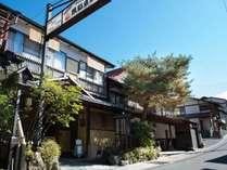 諏訪大社まで徒歩5分。宮大工が建てた純日本建築を今に残す館内。