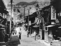 江戸の昔、「下諏訪宿」にあった旅籠を明治37年に譲り受け、鉄鉱泉本館がのれんをあげました。