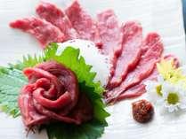 信州名物「馬刺し」。もちもちした食感と旨味は絶品。ご好評をいただいてる当館自慢の一品です。