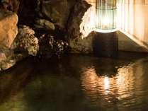 源泉かけ流しの天然温泉、旦過の湯。24時間ご入浴いただけます。