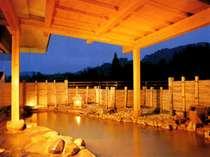 源泉をかけ流している展望露天風呂は、茶褐色にごり湯
