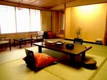 客室は一般客室、新館、シモンズベッドが備わる準特別室、特別室などがあり