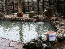 源泉掛流し、にごり湯の展望露天風呂は眺望も抜群(男性用)