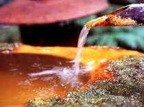 鉄分を多く含む薬湯は空気に触れると褐色になる