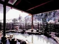 源泉掛流し、にごり湯の展望露天風呂の冬景色