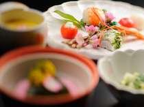 彩りも鮮やかなお食事。前菜から〆まで一切の妥協なし!