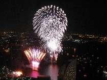 地上210メートル以上の客室から望む横浜の花火大会は圧巻。