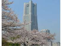 桜が満開の時期の、ホテル外観です。