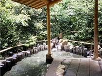 蝉時雨に包まれる夏の一時。露天風呂「花菖蒲」24時間利用可能。≪殿方用≫
