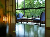 森林浴でエネルギーを補給♪あふれる緑の眺望【みどりの棟】の客室一例