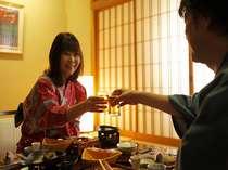 ゆっくり、のんび~り楽しい一時を♪まずは乾杯!※お部屋食イメージ
