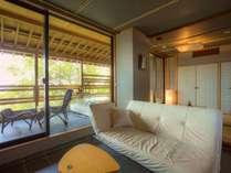 【658号室・墨石~ぼくせき】石に檜のしつらいの浴槽。温泉露天風呂付客室◆モダンリビング付特別室