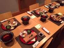 ◆小粋な音楽と共にダイニング蒼翠でのお食事をお楽しみ下さい。※イステーブル席の一例