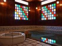 【古総湯・内湯】ステンドガラスが美しい内湯風景。明治時代からそのままの源泉が掛け流しで楽しめます。