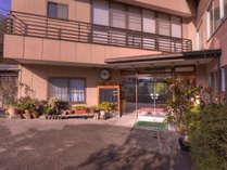 日本三大名泉の一つである下呂温泉に佇む当館。豪華な設備はございませんがのんびりとお寛ぎ下さいませ。