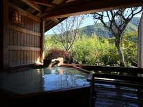 秋の露天風呂 庭の風景を映す