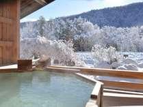 新雪の朝はきれいな雪見風呂となります。こんな日に大切な日人と貸切る時間は贅沢です。