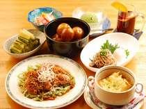 夕食の一例:野沢温泉の郷土料理の一つ「塩煮イモ」は懐かしい味で好評です。