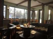 外を眺めながらお食事ができるカウンター席