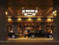 帝国ホテルの重厚なエントランスではドアマンがお客様をお出迎え致します。